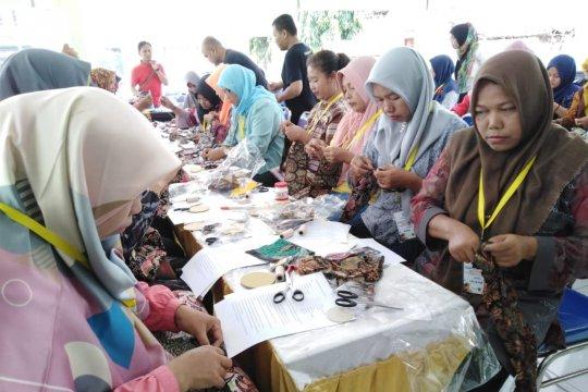 Kembangkan wirausaha desa, warga Sidoarjo dilatih kerajinan kain perca