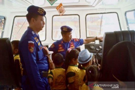 Murid TK di Kalsel diberi kesempatan Satpolairud naik kapal polisi