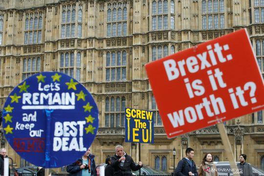 Pengunjuk rasa Pro-Brexit dan anti-Brexit beraksi di luar Gedung Parlemen Inggris