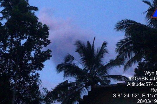 Gunung Agung kembali erupsi tapi kolom abu tak teramati