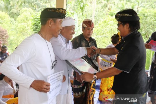 Badung serahkan dana hibah untuk masyarakat Karangasem
