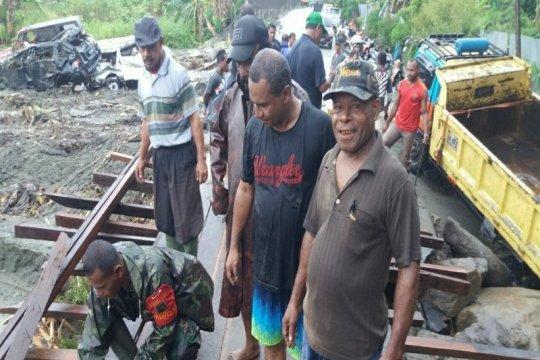Babinsa-warga gotong royong bangun jembatan di Sentani pascabanjir