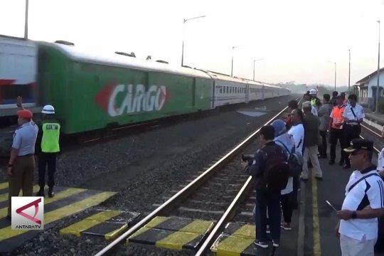Enam perjalanan kereta singgah di Stasiun Batang