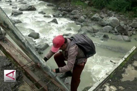 Demi Mengajar, guru honorer lewati reruntuhan jembatan sungai