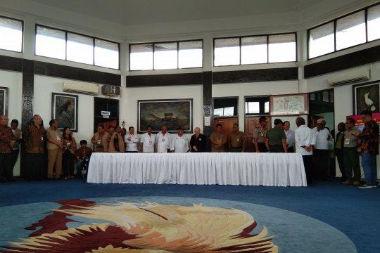 Pejabat-tokoh Papua tunggu kedatangan Presiden di bandara Sentani