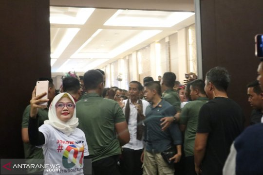 Jokowi tegaskan TNI-Polri adalah politik harus jaga netralitas