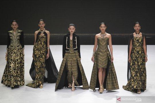 Wastra Nusantara Warnai Karya Siswa Sekolah Mode Italia