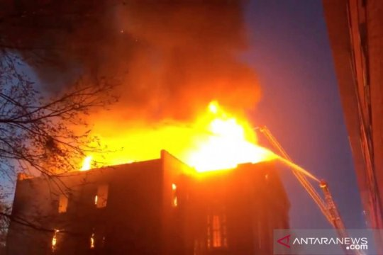 Empat mobil damkar padamkan kebakaran gedung perkantoran Pulomas 1