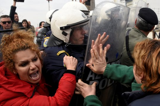 Migran dan pengungsi bentrok dengan polisi di Yunani