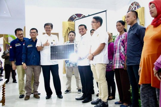 Kementerian ESDM serahkan lampu tenaga surya dan PJU-TS di Sumedang