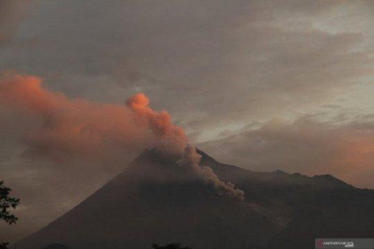 Merapi kembali meluncurkan awan panas pada Minggu dini hari