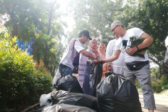 100 relawan diterjunkan untuk pungut sampah kampanye akbar Prabowo