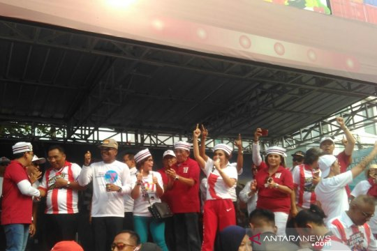 Yuni Shara pimpin massa bernyanyi jelang kedatangan Jokowi di KIS