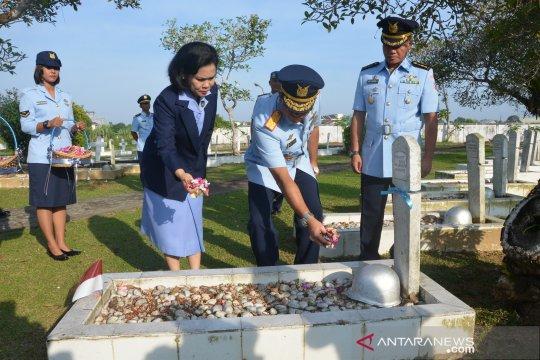Personel Pangkalan Udara TNI AU Supadio ziarah makam pahlawan
