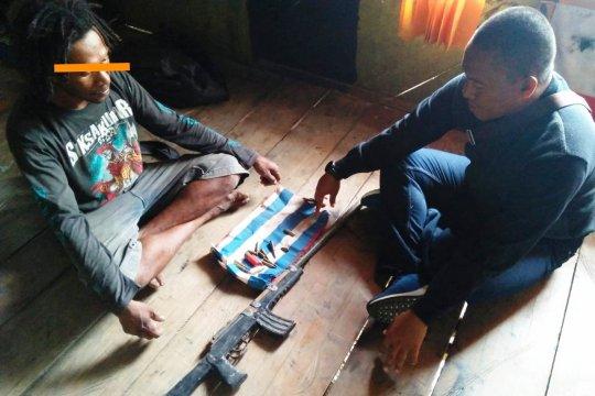 Warga Yapen serahkan senjata rakitan ke TNI