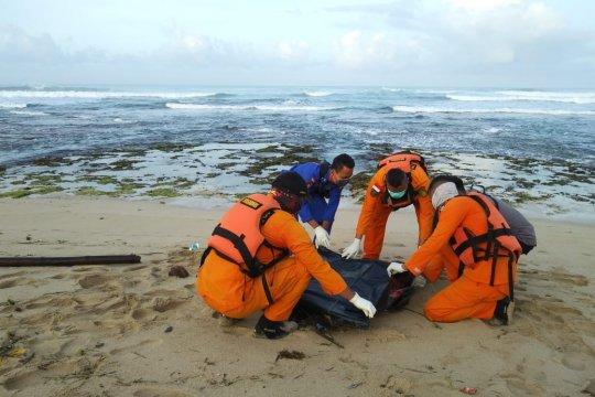 Wisatawan terseret ombak ditemukan tewas di Pantai Karang Papak