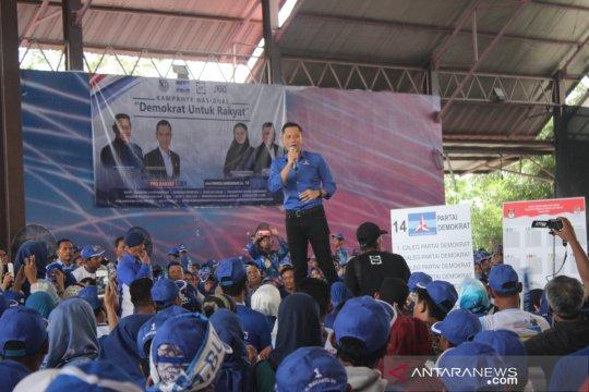 AHY beri semangat caleg dan kader Demokrat di Karawang