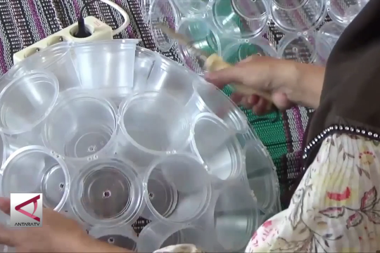 Mengolah sampah plastik jadi lampion