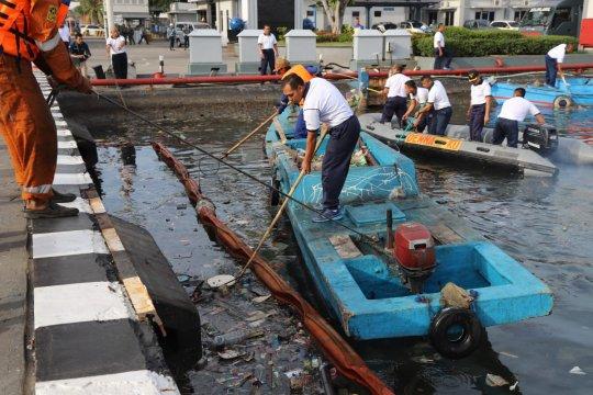 Ratusan personel gabungan bersihkan sampah di Pelabuhan Tanjung Priok