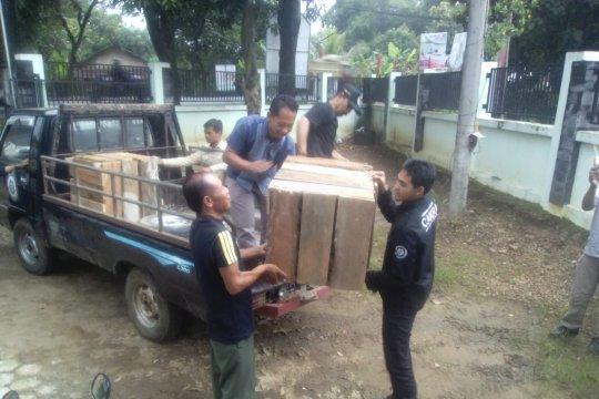 BBKSDA evakuasi dua beruk terlantar dari kawasan wisata Popoh