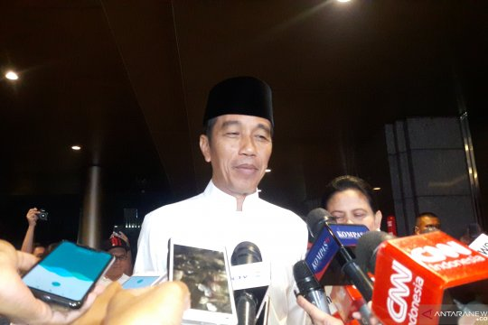 Kenakan baju koko putih, Jokowi ke Hotel Sultan hadiri Debat Kelima
