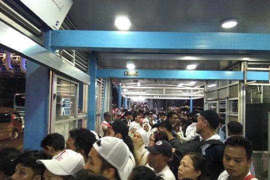 Halte Transjakarta GBK dipadati massa kampanye akbar Jokowi-Ma'ruf