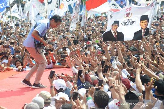 Sandiaga bermain gitar saat kampanye di Tangerang
