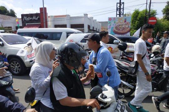 Simpatisan Prabowo-Sandi bagi-bagi roti ke pengendara