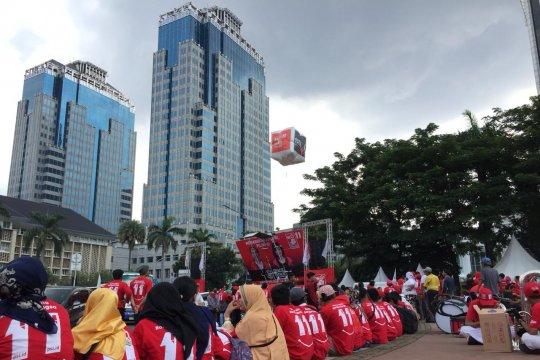 Massa partai koalisi pendukung Jokowi memenuhi Jalan Medan Merdeka