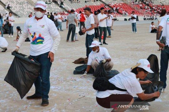 """Relawan semut putih bersihkan sampah sisa """"Konser Putih Bersatu"""""""