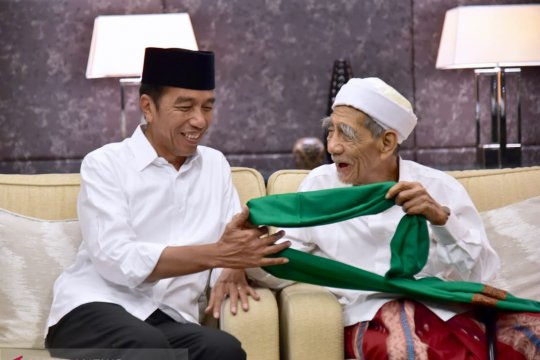 Jokowi dapat hadiah surban dari Mbah Moen dan tasbih dari Habib Luthfi
