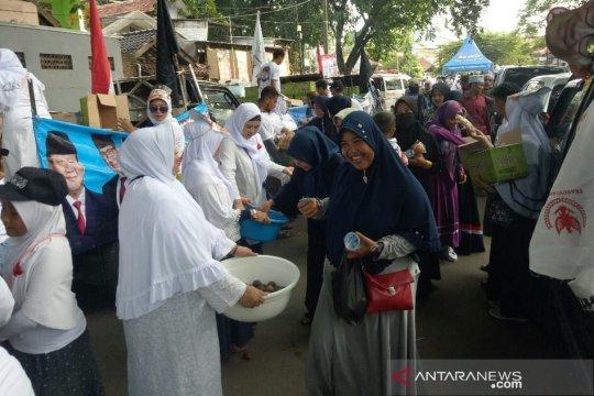 Kampanye Prabowo-Sandi di Tangerang, relawan berbagi makanan gratis