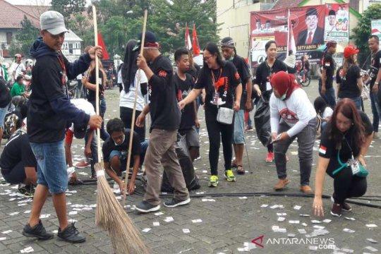 Pendukung Jokowi kumpulkan sampah usai kampanye