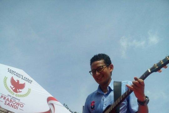 Sandi bermain gitar hibur massa kampanye di Tangerang