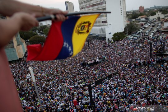 Pemimpin oposisi Venezuela Juan Guaido berorasi di depan para pendukungnya di Maracaibo