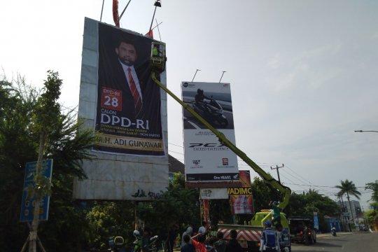 Penertiban alat peraga kampanye baru di perkotaan Karawang