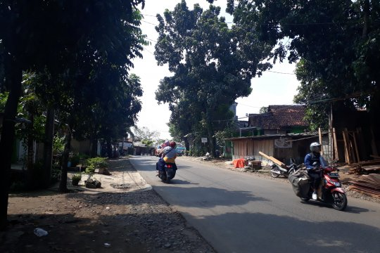 Aparat gabungan bersihkan alat peraga kampanye di Depok