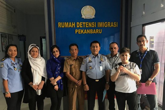 Sekeluarga pengungsi Iran pulang dengan sukarela dari Indonesia