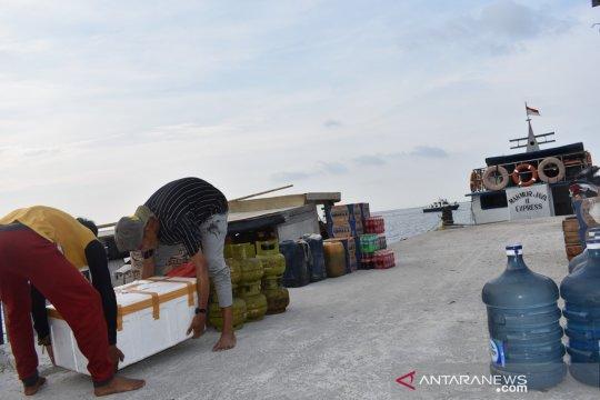 Kapal pengangkut Logistik KPU Kepulauan Seribu terhalang hujan badai