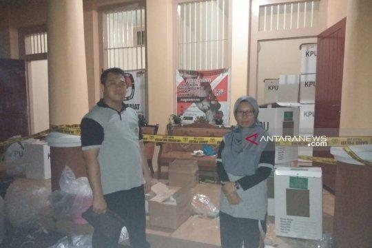 Puluhan kotak dan ratusan surat suara di Lumajang rusak terkena hujan