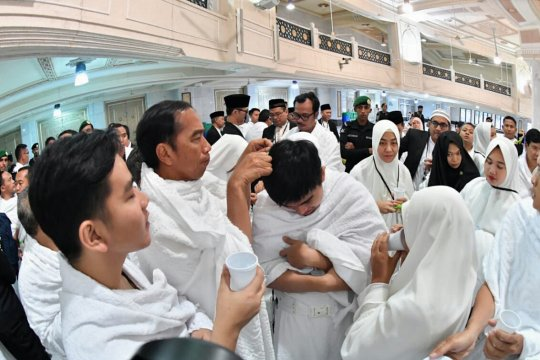 Presiden Jokowi potong rambut putranya lengkapi prosesi ibadah umroh