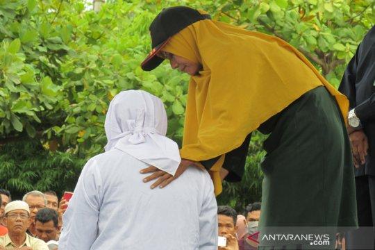 Belasan pelanggar syariat Islam di Aceh jalani hukuman cambuk