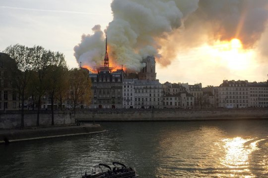 Kebakaran hancurkan katedral Notre-Dame di Paris