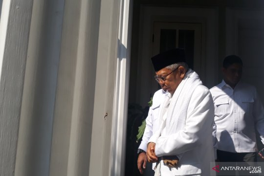 Ma'ruf Amin menuju TPS 051 di Koja