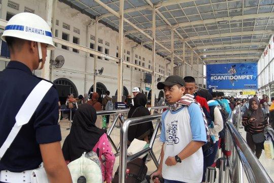Usai mencoblos, penumpang Stasiun Senen minati tiket tujuan Jawa Timur