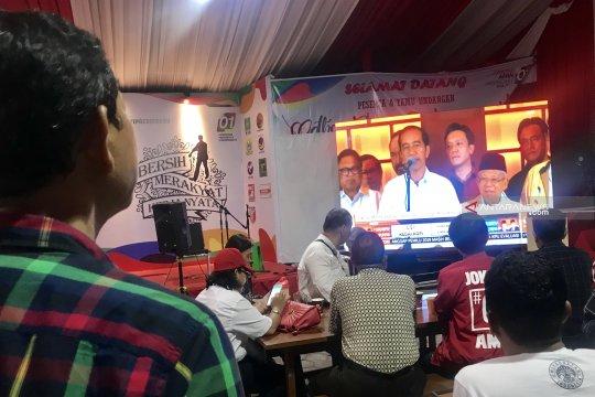 """Pendukung Jokowi """"nobar"""" hitung cepat di Posko TKD Jatim"""