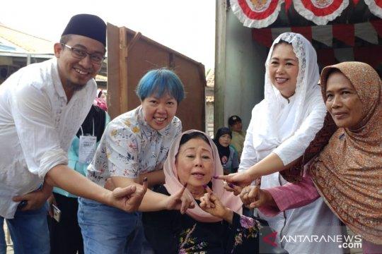 Sinta Wahid mencoblos bersama dua putrinya