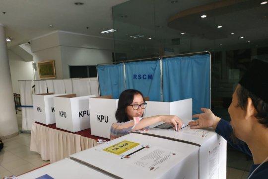 Mayoritas pemilih di TPS RSCM kalangan muda