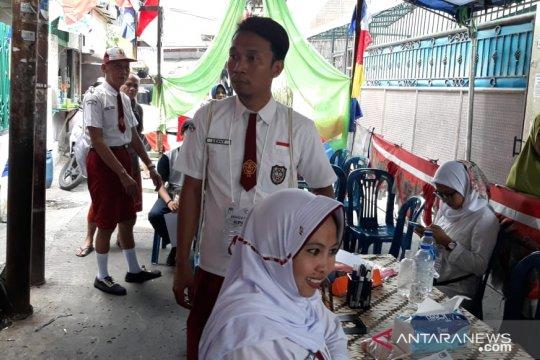 Petugas TPS  Krendang kenakan pakaian seragam SD, simbol kejujuran