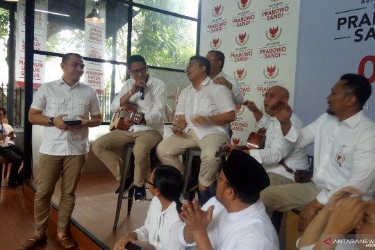 """Sandiaga lantunkan lagu """"Kepompong"""" dengan iringan gitar"""